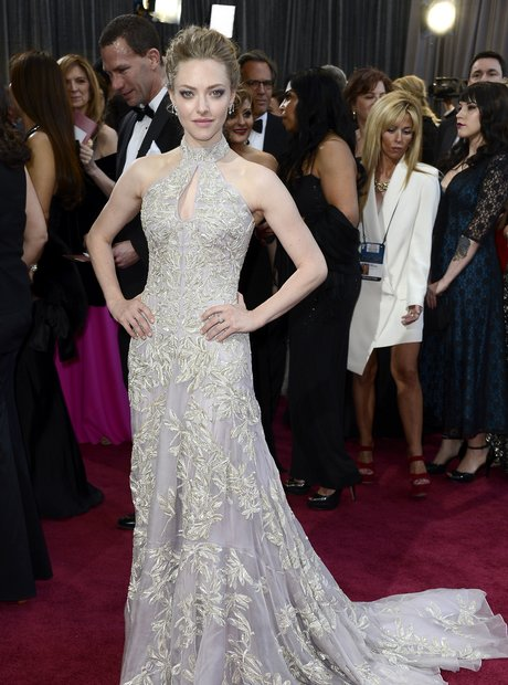 Amanda Seyfried attends the Oscars 2013 red carpet