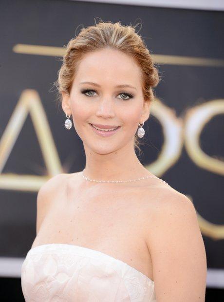 Jennifer Lawrence attends the Oscars 2013 red carp