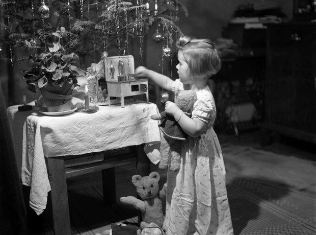 1940s girl christmas gifts tree